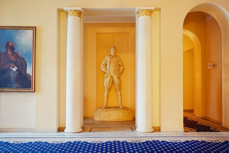 Sculpture of Peter I in the vestibule of the embassy.